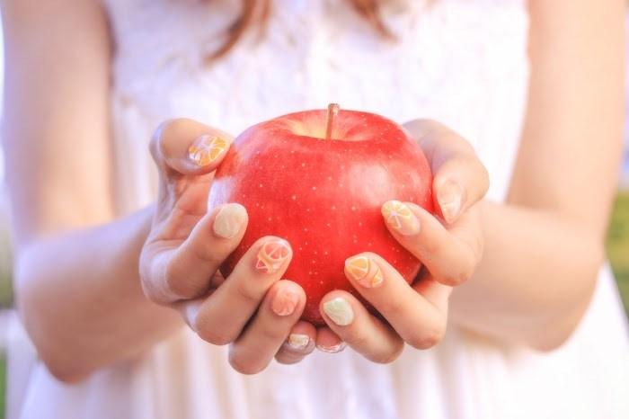 りんごを持つ女の子 自分軸